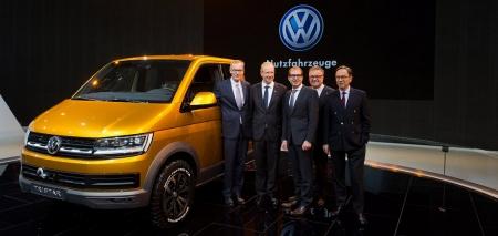 Bundesverkehrsminister besichtigt Volkswagen TRISTAR auf der IAA.