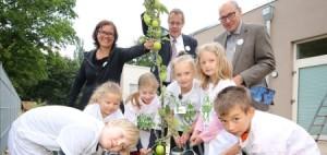 Buddeln, pflanzen, gießen: Ferienaktion bei Volkswagen Nutzfahrzeuge.